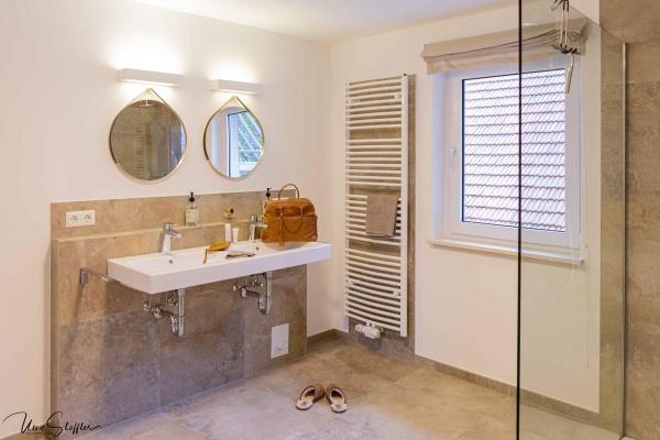 Sehr großzügiges Bad mit Dusche und Waschtisch im ersten Stock. Das WC ist separat.