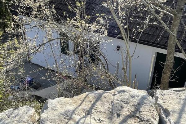 Natursteine aus regionalem Muschelkalk fassen die Wege, Parkplätze und Terrassen ein