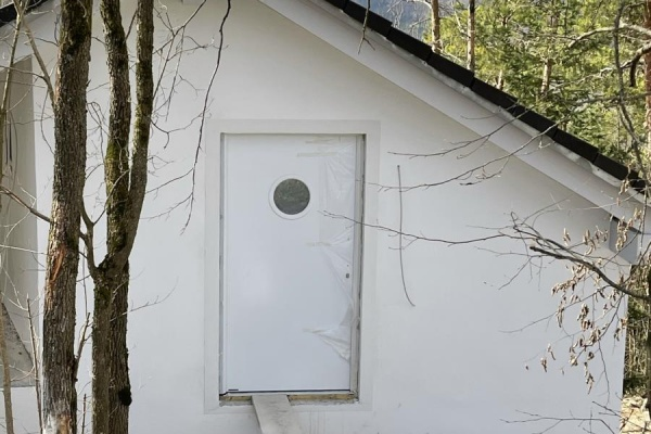 Die neue Haustür - wie ein Einflugloch im Nistkasten