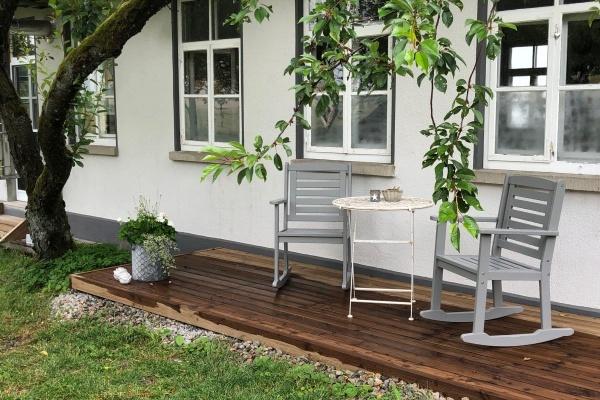 Neu geschaffen - Eine Tür in den eingezäunten Garten und zusätzlich eine kleine Veranda.