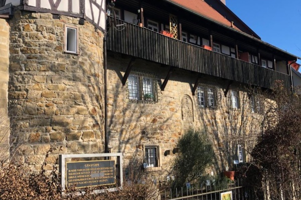 Über den Heilkräutergarten Öhringen gelangen Sie über einen schmalen Durchgang, linker Hand, in den Innenhof zum Sptital