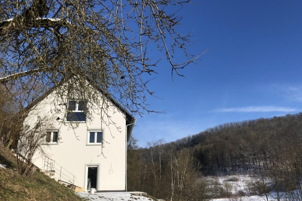 Das Ferienhaus liegt idyllisch oberhalb der Bettach