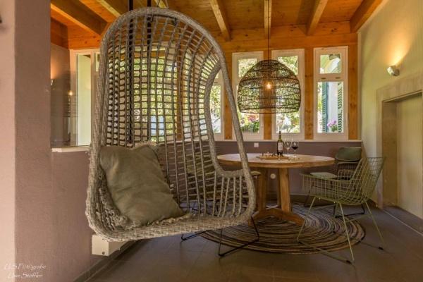 Ein runder Tisch mit viel Platz für Familienspiele - ein Hängesessel mit Blick in den Garten!