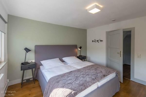Eins der Schlafzimmer mit einer edlen monochromen Farbwelt