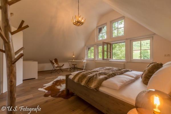 Masterschlafzimmer - Weiche Textilien und Felldecke schaffen eine kuschelige Atmosphäre