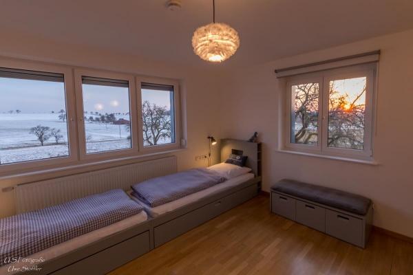 Zwei weitere Einzelbetten im Kinderzimmer sind auch für leichte Erwachsene nutzbar