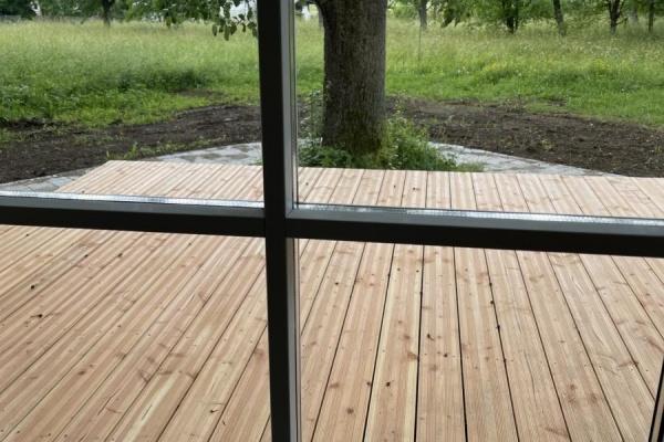 Vom Esszimmer gelangt man ebenerdig auf die Holzterrasse