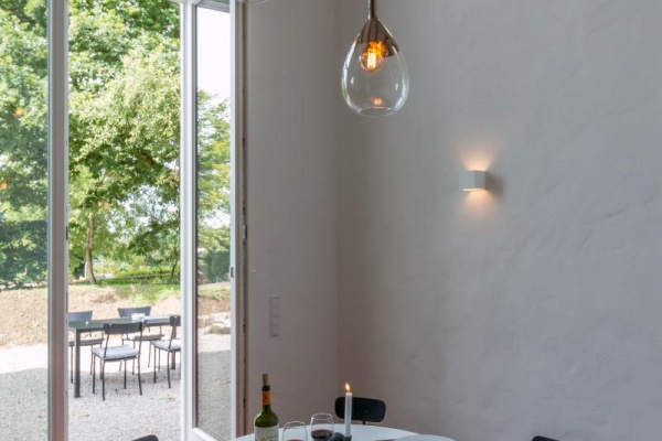 Essplatz vorm bodentiefen Fenster mit Zugang zum Garten