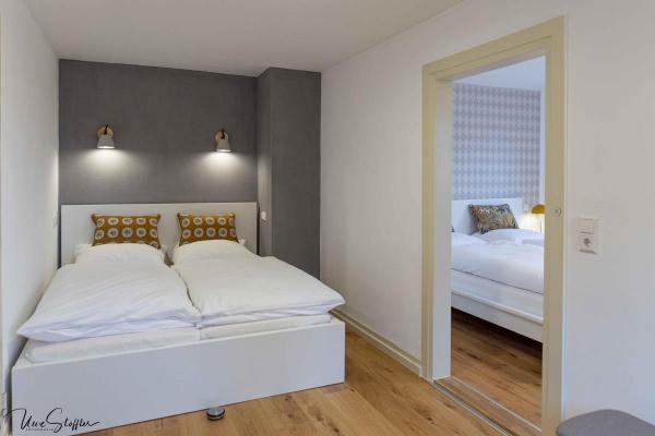 Schlafzimmer 5 mit Kleiderständer und Zugang zum Schlafzimmer 6