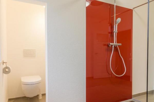 Monochrom Duschen – die verglaste Dusche ist bodengleich