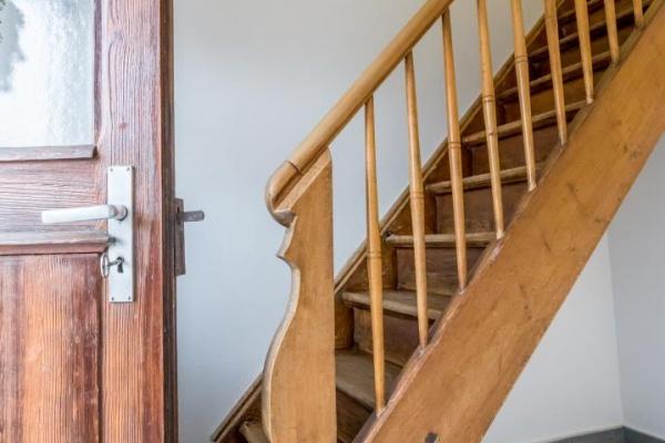 Diese Treppe führt in den ersten Stock zu dem Schlafzimmer