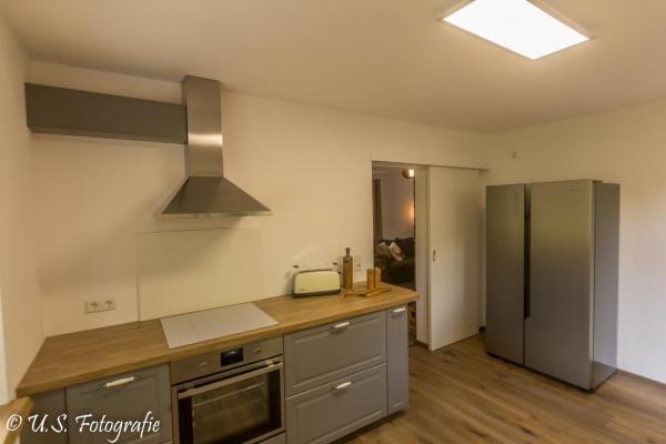 Graue Landhausküche mit Side-by-Side-Kühlschrank