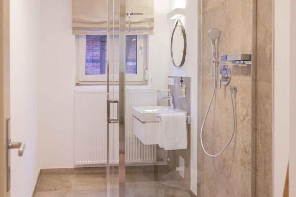 Dusche und Waschtisch im Erdgeschoss und auch hier wieder ein separates WC