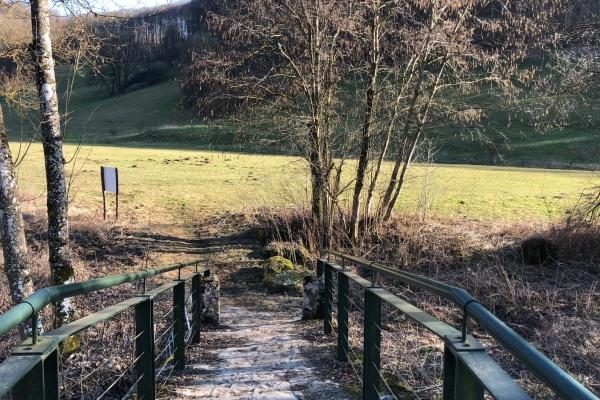 Über diese Brücke müssen Sie gehen um auf einen Wanderweg zu gelangen