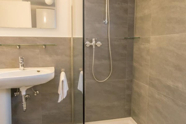 Neue, ebenerdige Dusche