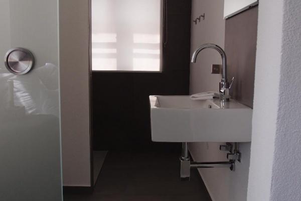 Bad mit großer ebenerdiger Dusche, Waschbecken mit Grohe-Armartur und genug Ablagefläche