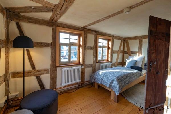 Schlafen auf der 2. Ebene. Umgeben von alten Wandmalereien
