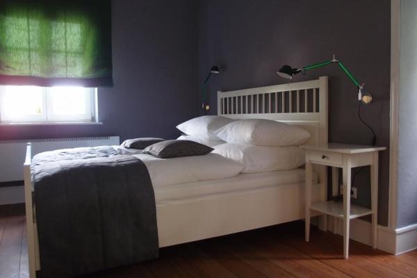 Zwei identische Schlafzimmer mit je einem Doppelbett