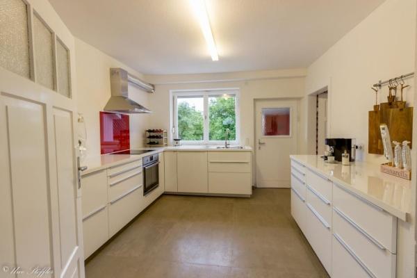 Perfekt ausgestattete Küche mit direkten Zugang in den Garten