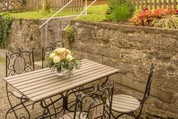 Sitzplatz vor der Küche ist im Sommer das Outdoor-Esszimmer