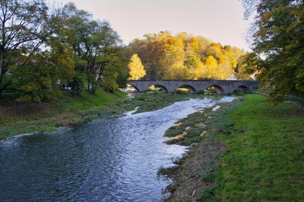 Die Jagst unterhalb von Kirchberg. Hier können Sie traumhaft entlang des Flusses wandern.