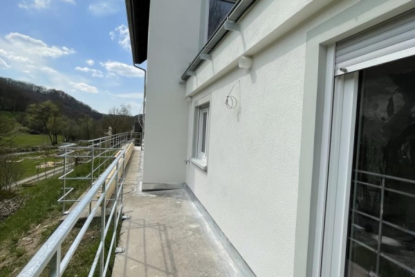 Die umlaufende Terrasse verbindet zwei große Veranden.
