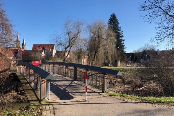 Über eine Brücke erreichen sie den Weg zum Spital entlang der Ohrn.