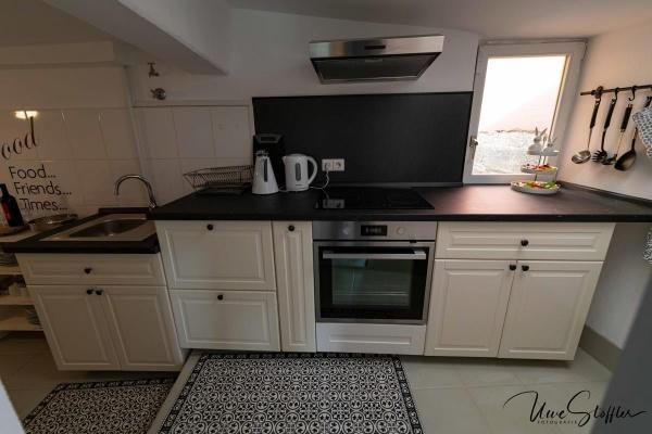 Eine sehr gut ausgestattete Küche