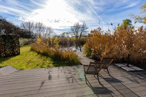 Sommerliche Residenz mit Blick auf den See