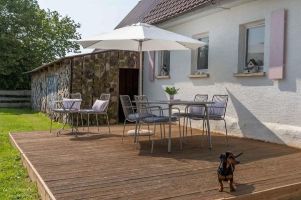 Die holzgedeckte Terrasse ist im Sommer das Outdoor-Esszimmer