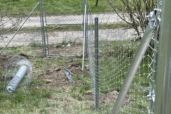 Das Tor führt vom eingezäunten Grundstück direkt auf den Wanderweg